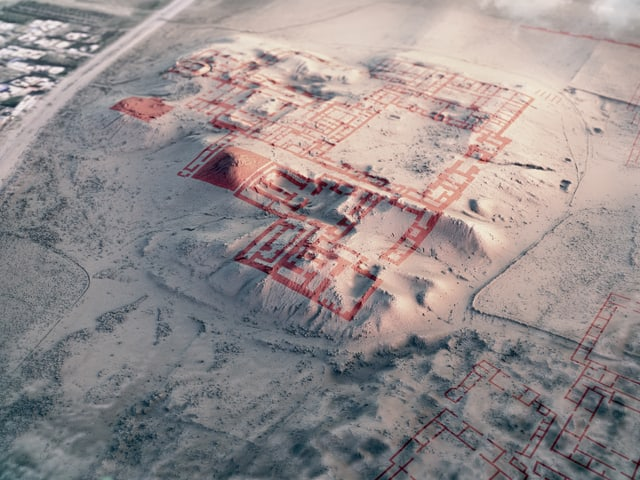 Aufnahme einer Landschaft. Auf einem Hügel ist mit einer Computergrafik der Grundriss eines Gebäudes eingezeichnet.