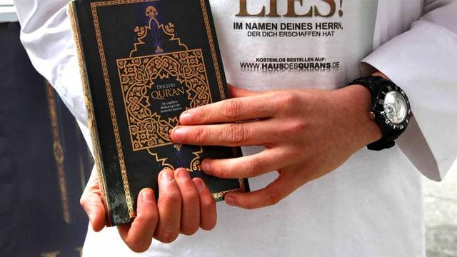 Ein Salafist von Lies! verteilt auf der Strasse Korane.