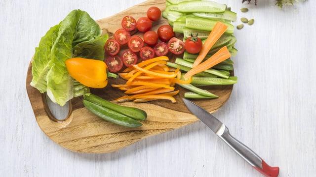 Kleingeschnittenes Gemüse auf einem Brett.