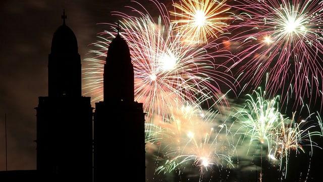 Feuerwerk am Himmel - im Vordergrund die beiden Türme des Zürcher Grossmünsters.