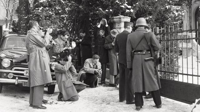 Presseleute vor Haus (schwarzweiss Foto)