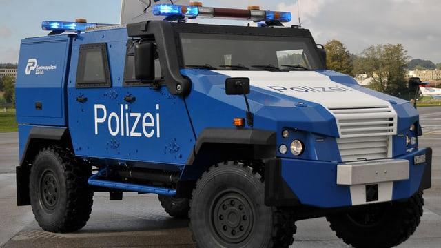Gepanzertes blauweisses Fahrzeug