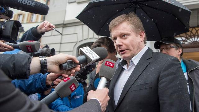 Journalisten befragen Ignaz Walker nach dem Urteil.