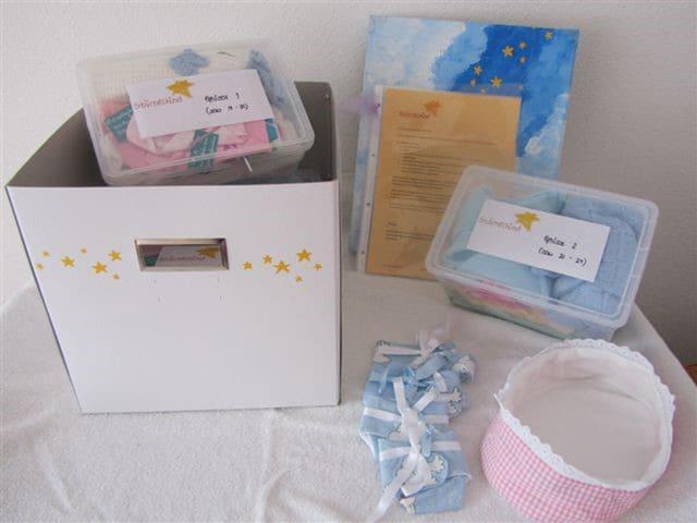 Eine Box mit Kinderkleidern.