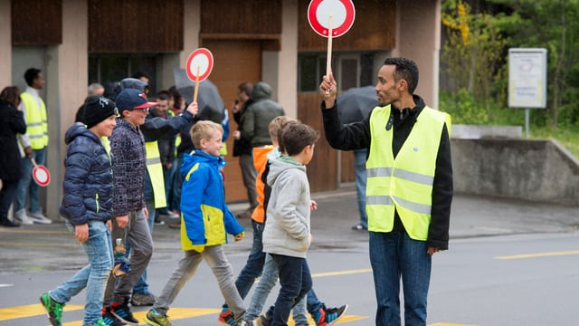 In requirent d'asil regla il traffic cur che scolars vulan ir sur via vi.