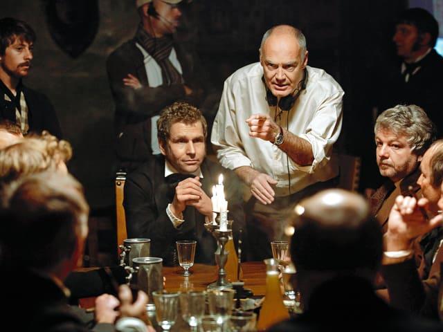 Regisseur Dominique Othenin-Girard gibt letzte Anweisungen bevor die Klappe fällt.