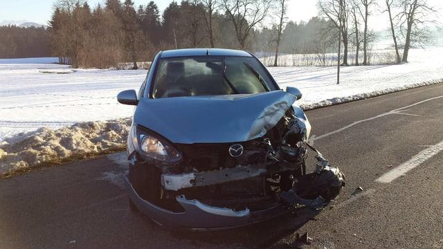 Autounfall: Eingedrückter blauer Kleinwagen