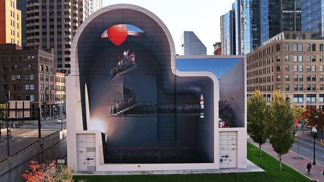 Wandmalerei, die Leute auf einer Wendeltreppe darstellt. Ein roter Ballon fliegt durch eine Öffnung der gemalten Decke.