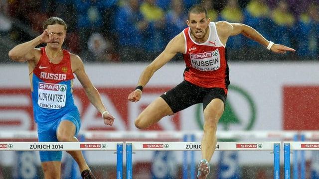 Hussein springt über eine Hürde, links von ihm ein russischer Konkurrent.
