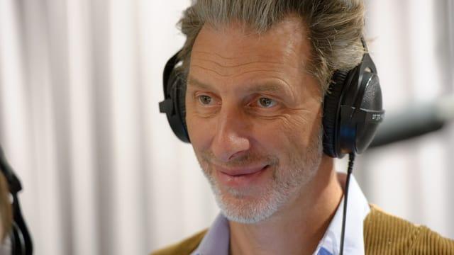 Portrait Beck mit Kopfhörern.