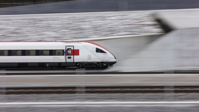 Purtret d'in tren da l'SBB che charrescha en il tunnel dal Gottard.