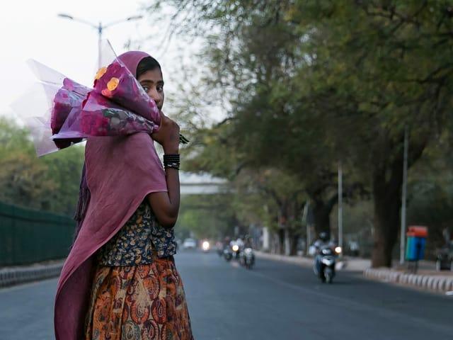 Indisches Mädchen mit Blumenstrauss