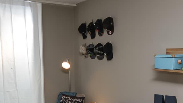 Die Aufhänge-Vorrichtung für Nicos Cap-Sammlung schafft Ordnung.