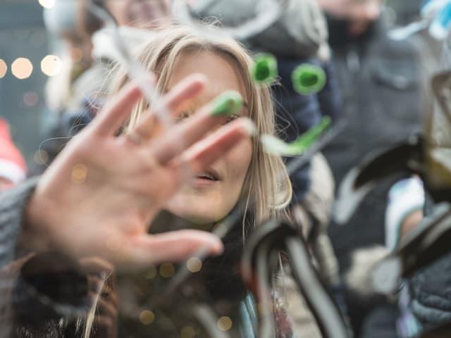 Zusammen mit Kindern bemalten Dominique Rinderknecht und Tamy Glauser die Glasbox.