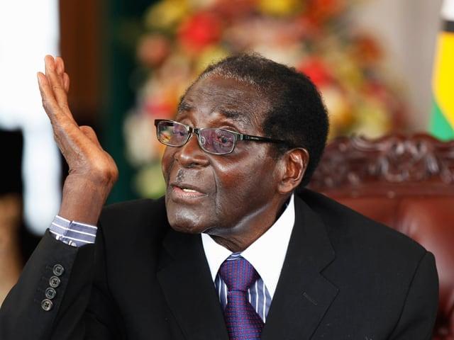 Nahaufnahme von Mugabe während eines Interviews.