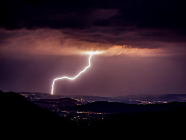 Ein kräftiger Blitzeinschlag.