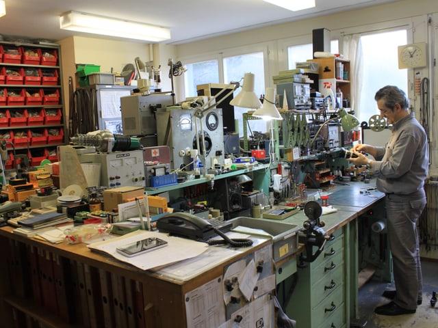 Der Techniker in der Werkstatt in Yverdon.
