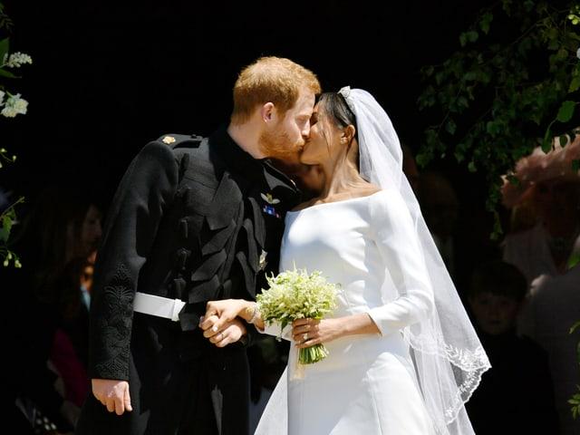 Prinz Harry und Meghan Markle küssen sich vor der Kapelle