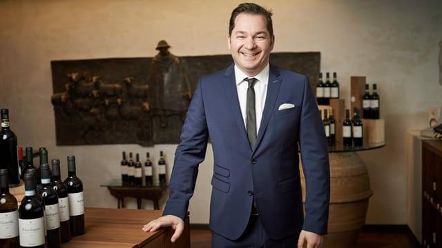 Der Solothurner mit italienischen Wurzeln ist professioneller Wein-Sommelier FSF und Käse-Sommelier. Sein grosses Wissen über Käse und Wein hat er im Buch «Käse & Wein» veröffentlicht. Armando Pipitone ist Prüfungsexperte im Rahmen der Ausbildung zum Sommelier und gefragter Referent zum Thema Käse und Wein.