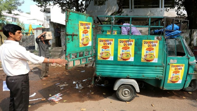 In pitschen auto da furniziun cun la scripziun «Maggi» en l'India