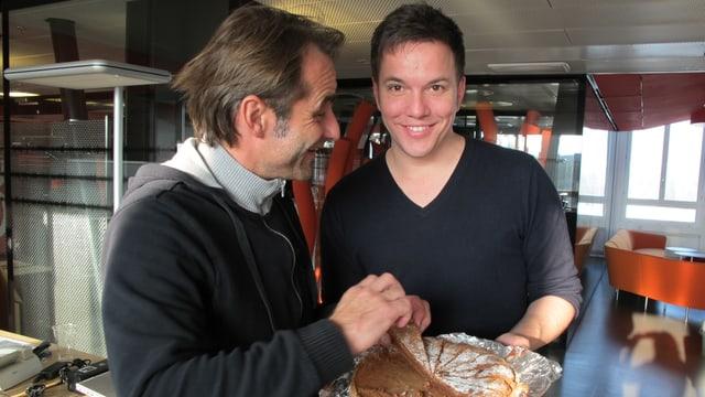 Thomy Scherrer und Sven Epiney mit Schoggikuchen.