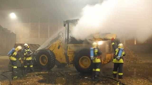 Feuerwehrleute bei der Brandbekämpfung.
