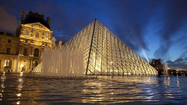 Glas-Pyramide im Abendlicht