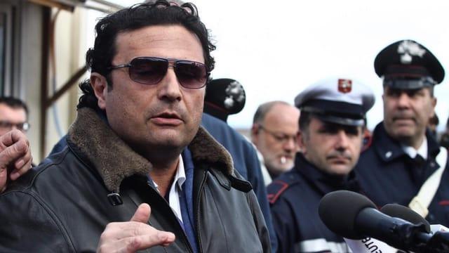 Costa Concordia-Kapitän Francesco Schettino vor zahlreichen Mikrofonen.