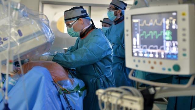 Ein Chirurg operiert.