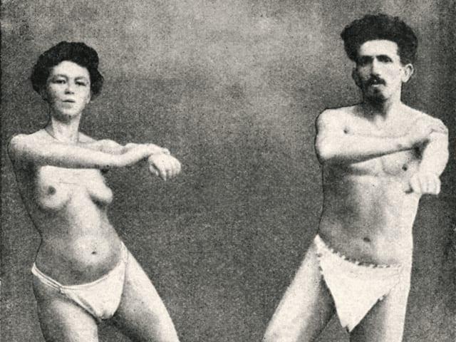 Eine Frau und ein Mann turnen und haben dabei nur Unterhosen an.