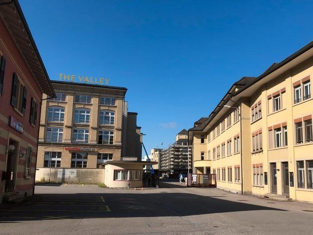 Blick in das Industriegelände mit vielen älteren Gebäuden.