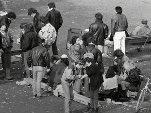 Junkies treffen sich auf dem Zürcher Platzspitz.