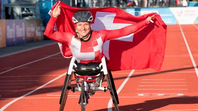 Manuela Schär mit der Schweizer Flagge auf der Ehrenrunde.