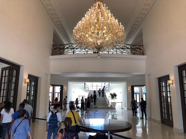 Kronleuchter in der Eingangshalle von Los Pinos