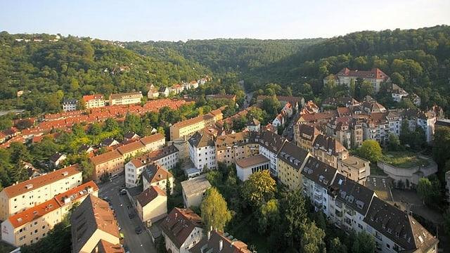 Grüne Hügel in und um Stuttgart und Häuser