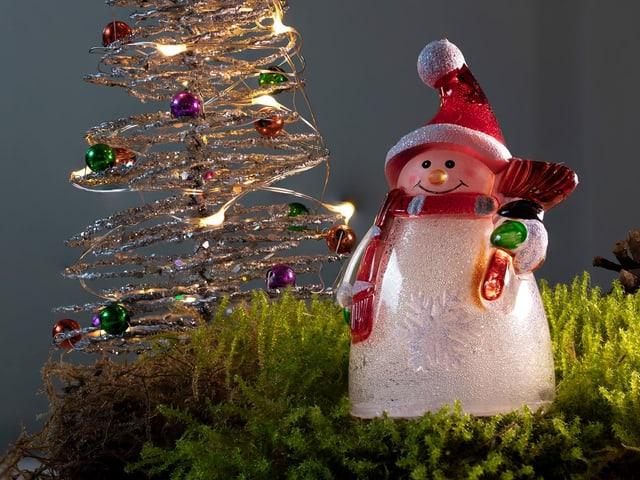Weihnachts-Dekoration mit einem lachenden Schneemann.