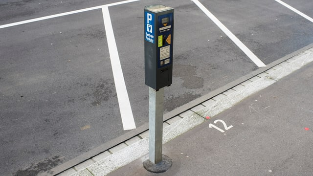 Parkticketautomat neben leeren Parkplätzen