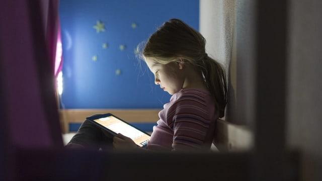 Mädchen surft auf einem Tablet im Internet