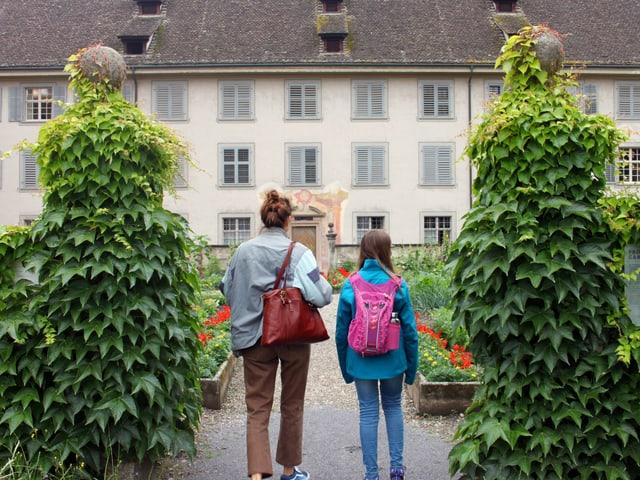 Reporterin Dania und Kinderreporterin Elena betreten den Garten