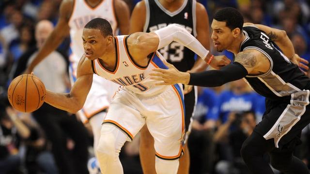 Russell Westbrook dribbelt den Ball im Spiel gegen die San Antonio Spurs.
