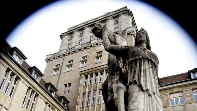 Eine Steinstatue vor der Uni Zürich