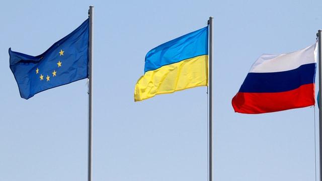 EU-Fahne neben der ukrainischen und russischen Fahne