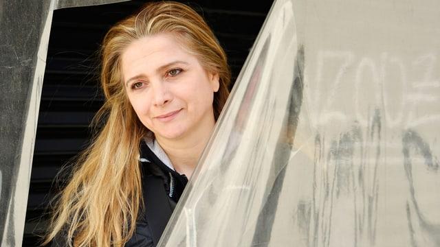 Samar Yazbek hinter einem durchsichtigen Vorhang.