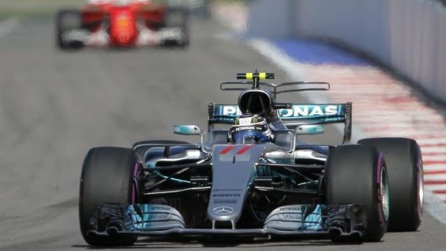 Purtret da l'auto da Valtteri Bottas ed davosvart l'auto da Vettel.