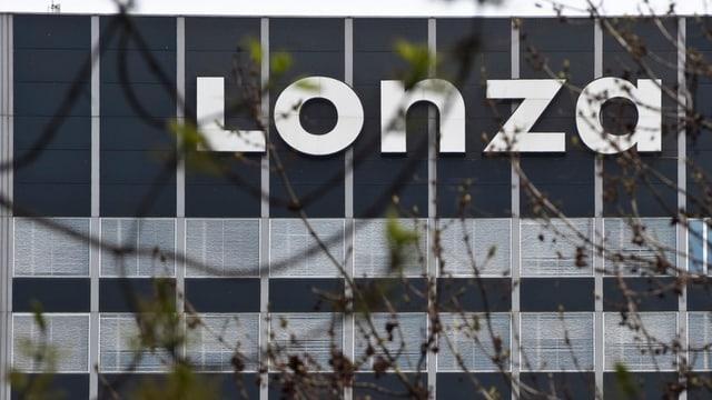 Lonza-Schriftzug an einem Gebäude
