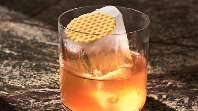 Glas mit einem nicht alkoholischen Getränk.