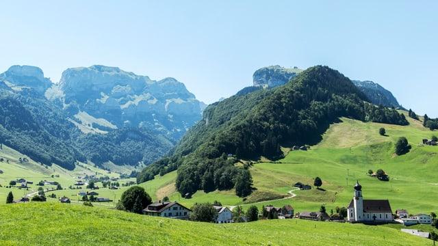 Kirche Weissbad - im Hintergrund der Alpstein.
