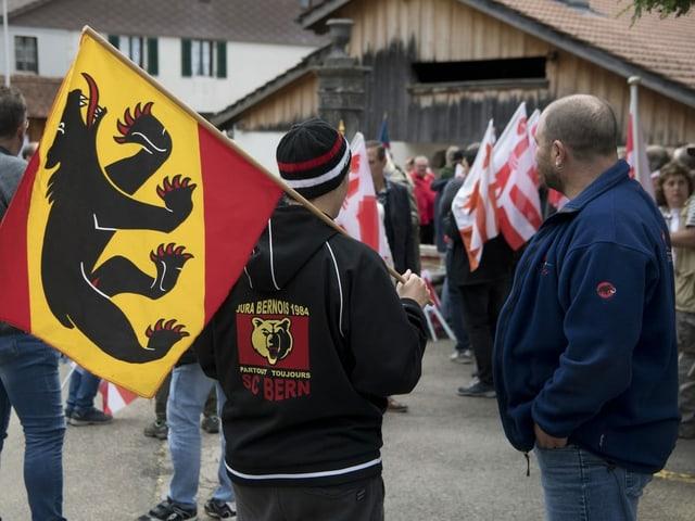 Demonstranten halten Berner und Jura-Flaggen hoch.