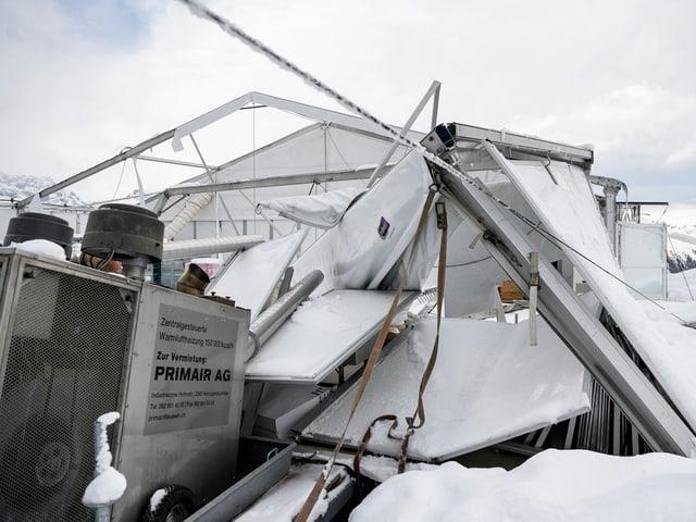 Zusammengestürzte Zeltkonstruktion im Schnee