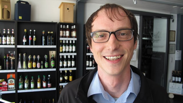 Roger Brunner in seinem Weinladen
